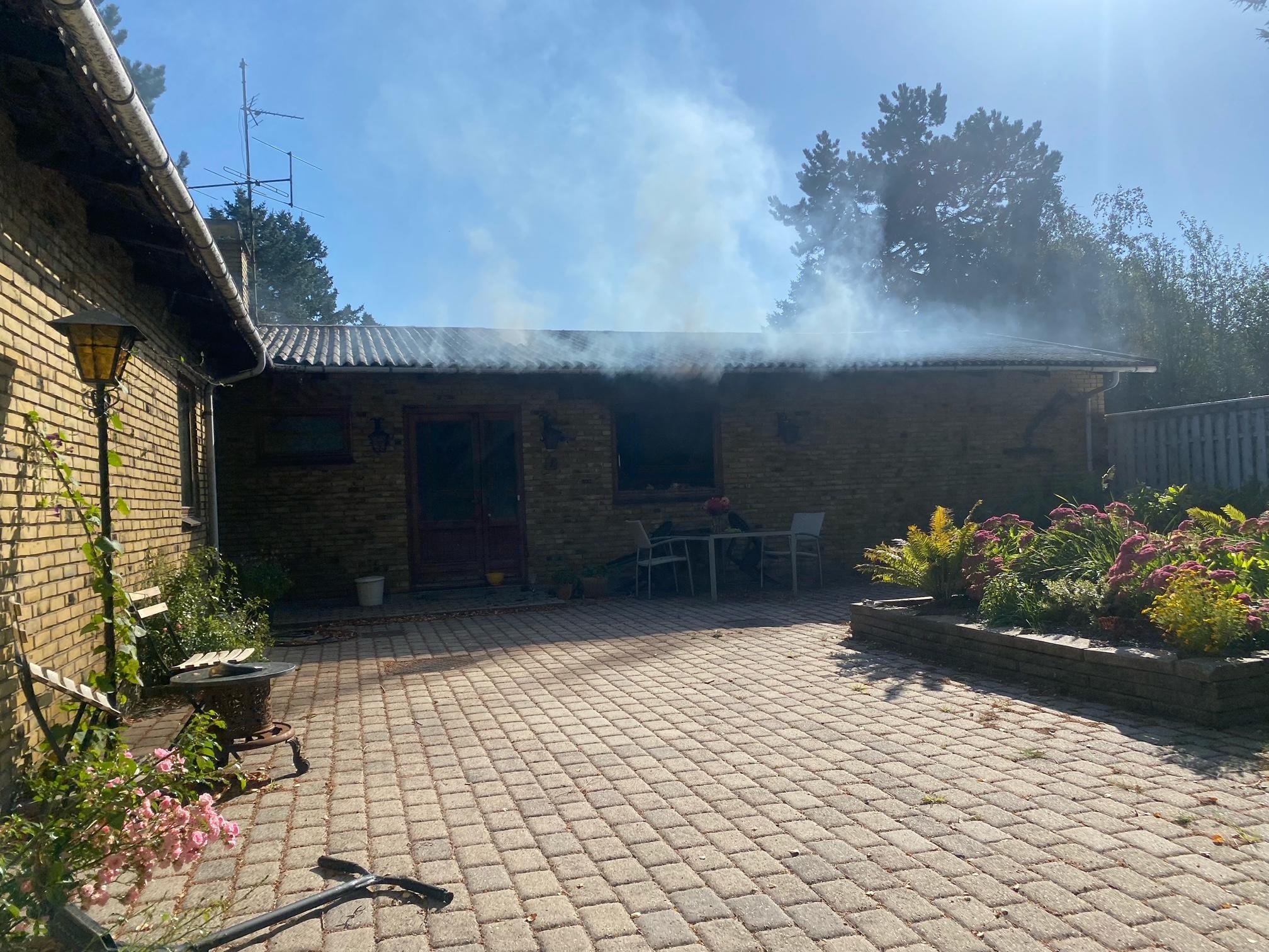Brand i parcelhus i Vig - beredskab og politi på stedet