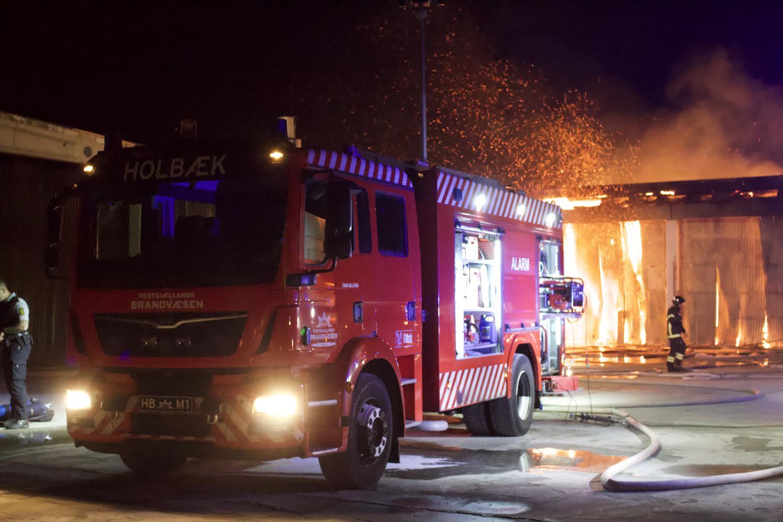 Kæmper med flammerne - voldsom brand i industribygning i Holbæk