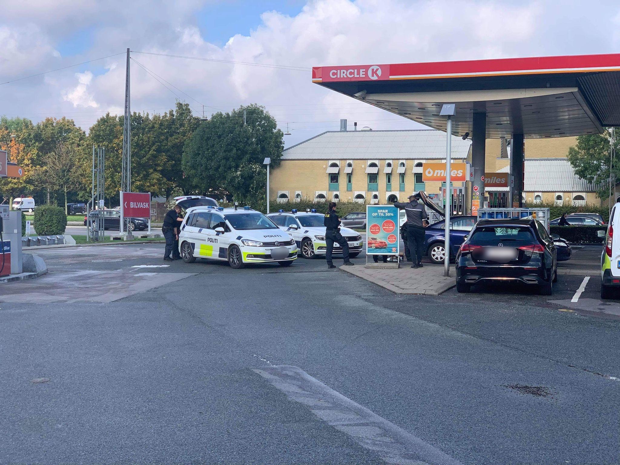 Politi visiterer bil ved tankstation i København