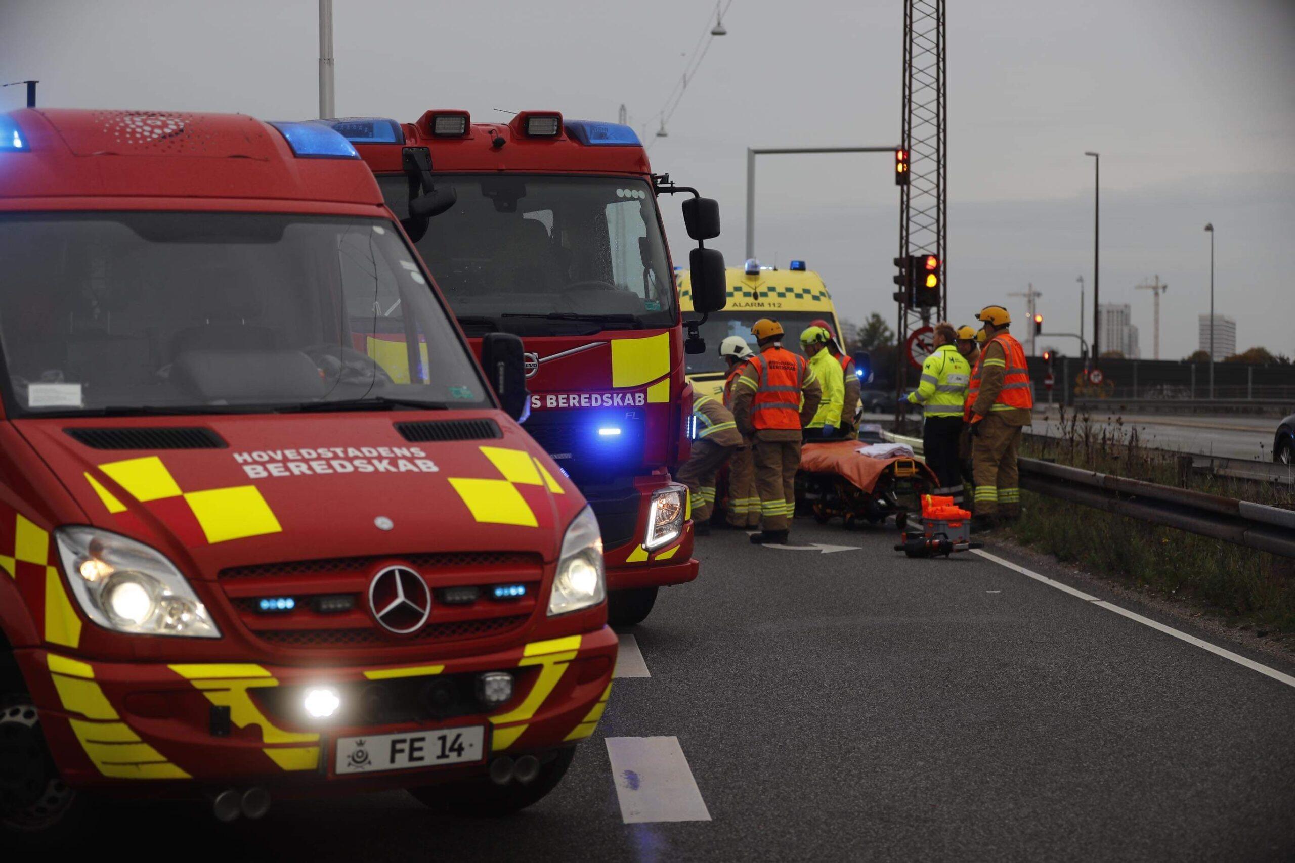 Ambulance i voldsom ulykke - redning er på stedet