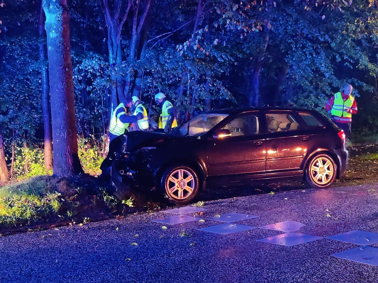 Soloulykke i Lyngby - bil kørt frontalt ind i træ