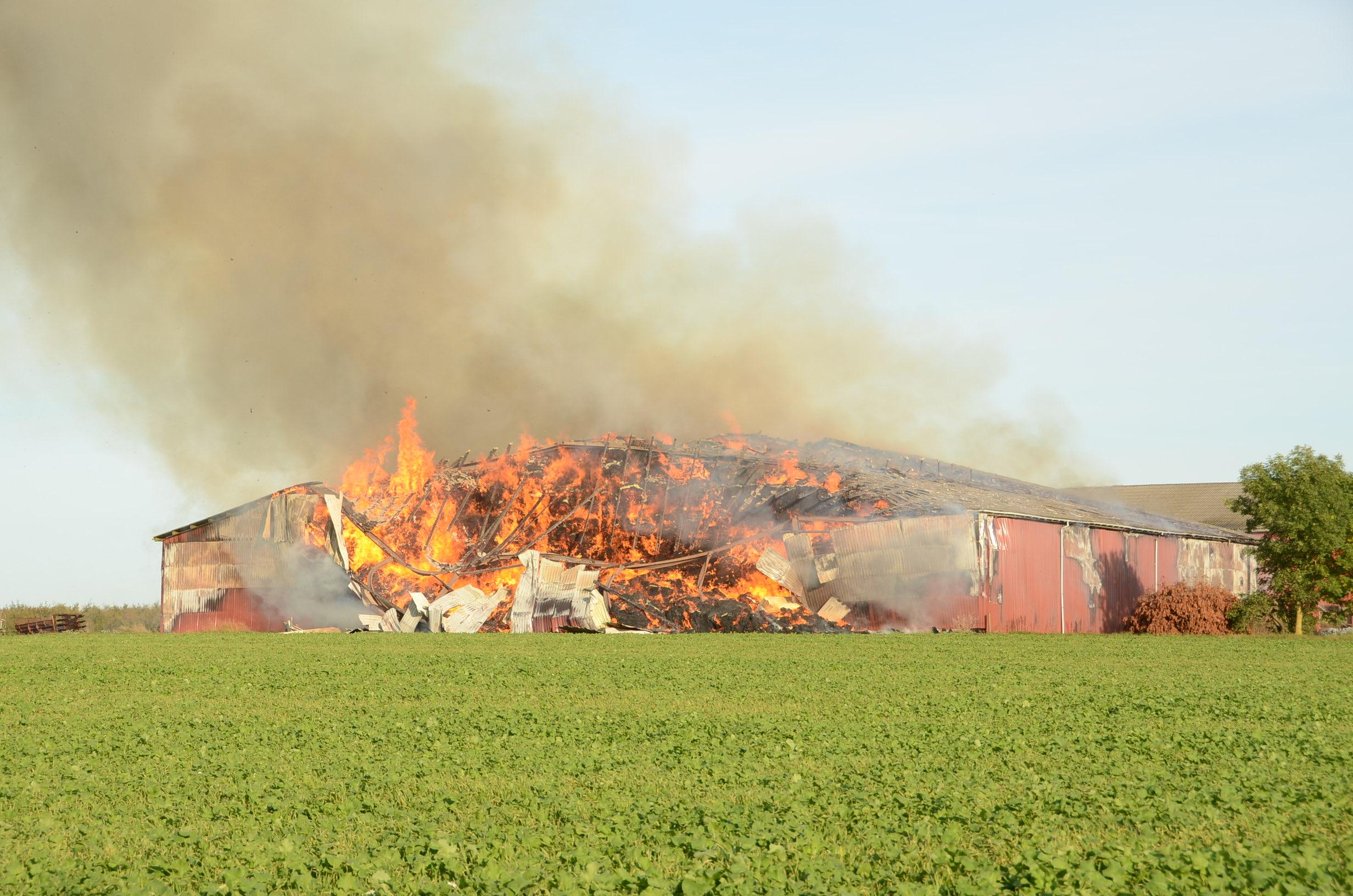 Heftig gårdbrand på Fyn - ilden står højt over bygningen