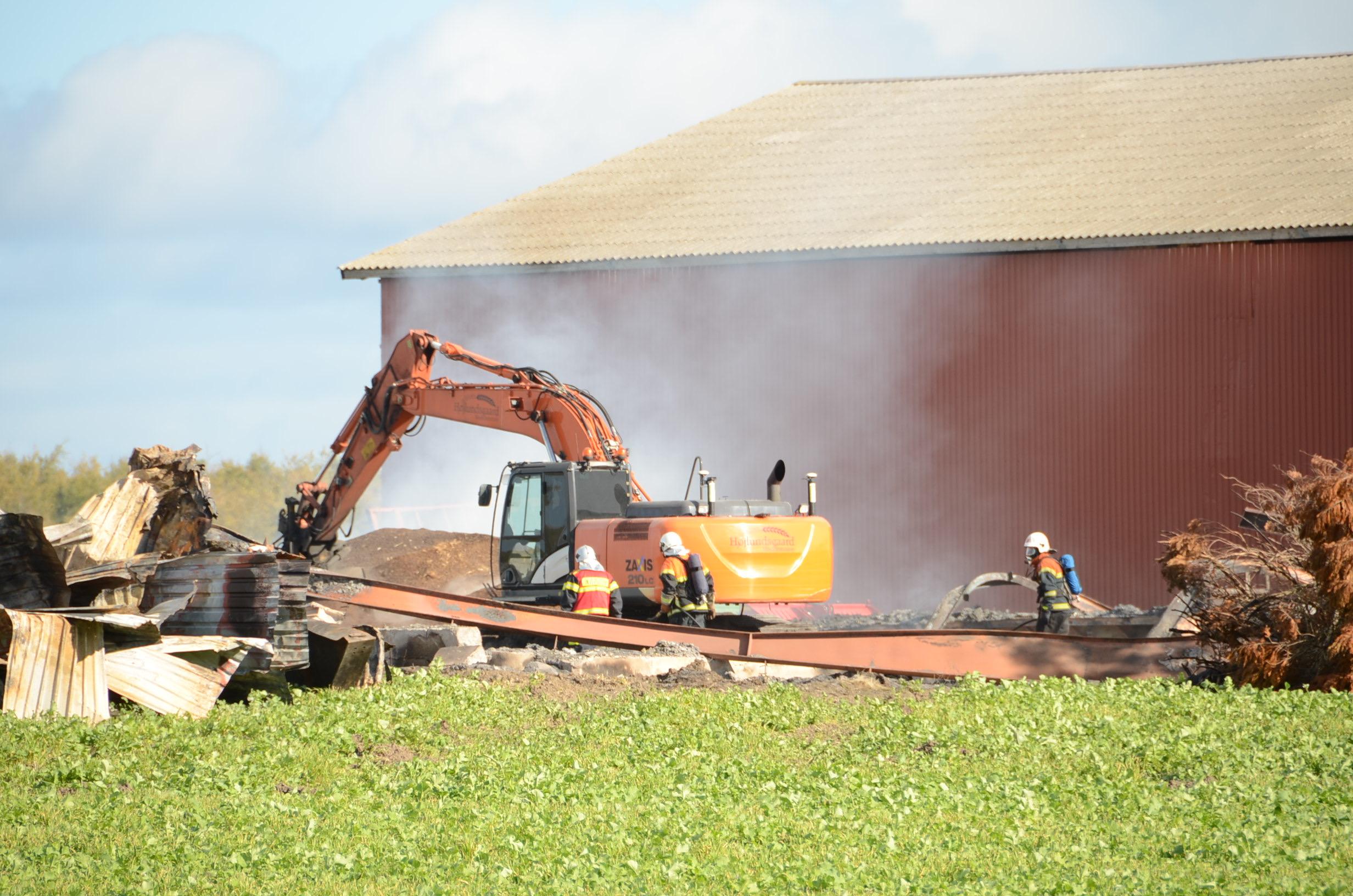 Efterslukning efter voldsom gårdbrand i Gudme